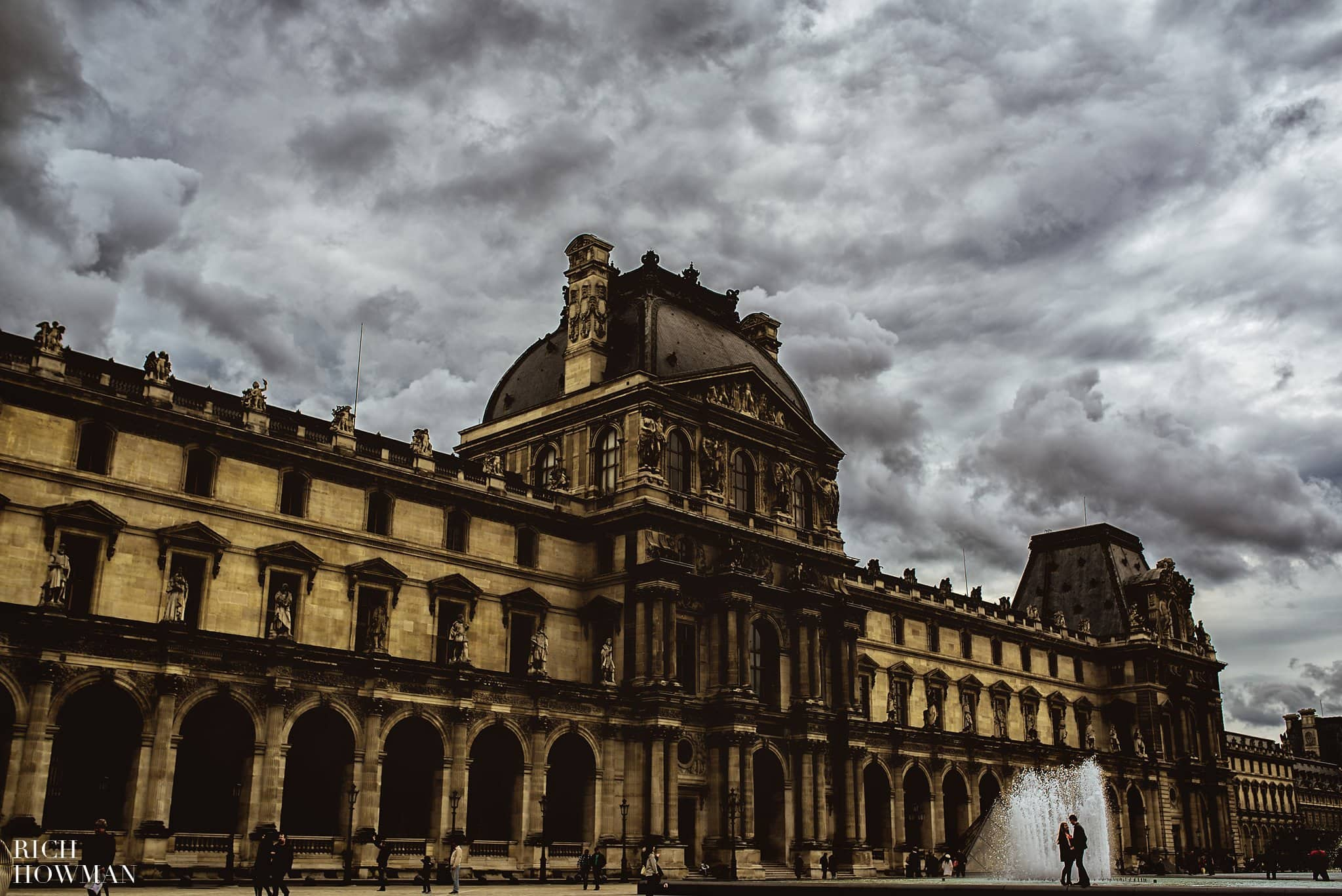 Creative engagement photography in Paris at La Louvre